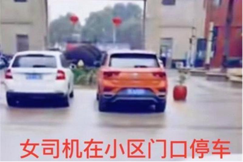 女司机在小区门口停车,后视镜被抠,车牌只剩一半,谁这么有才?