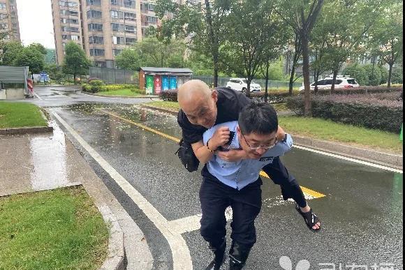 暖心!风雨中老人行走困难 太仓网格员及时救助背其回家