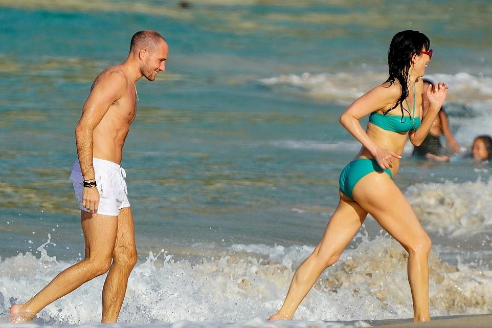 52岁邓文迪换新男友?海滩和肌肉男秀恩爱,离婚7年越活越潇洒