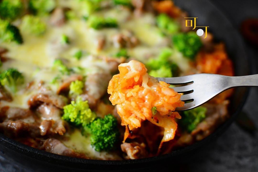 2021年夜饭来点新花样,一道泡菜牛肉芝士焗饭,吃了牛气冲天