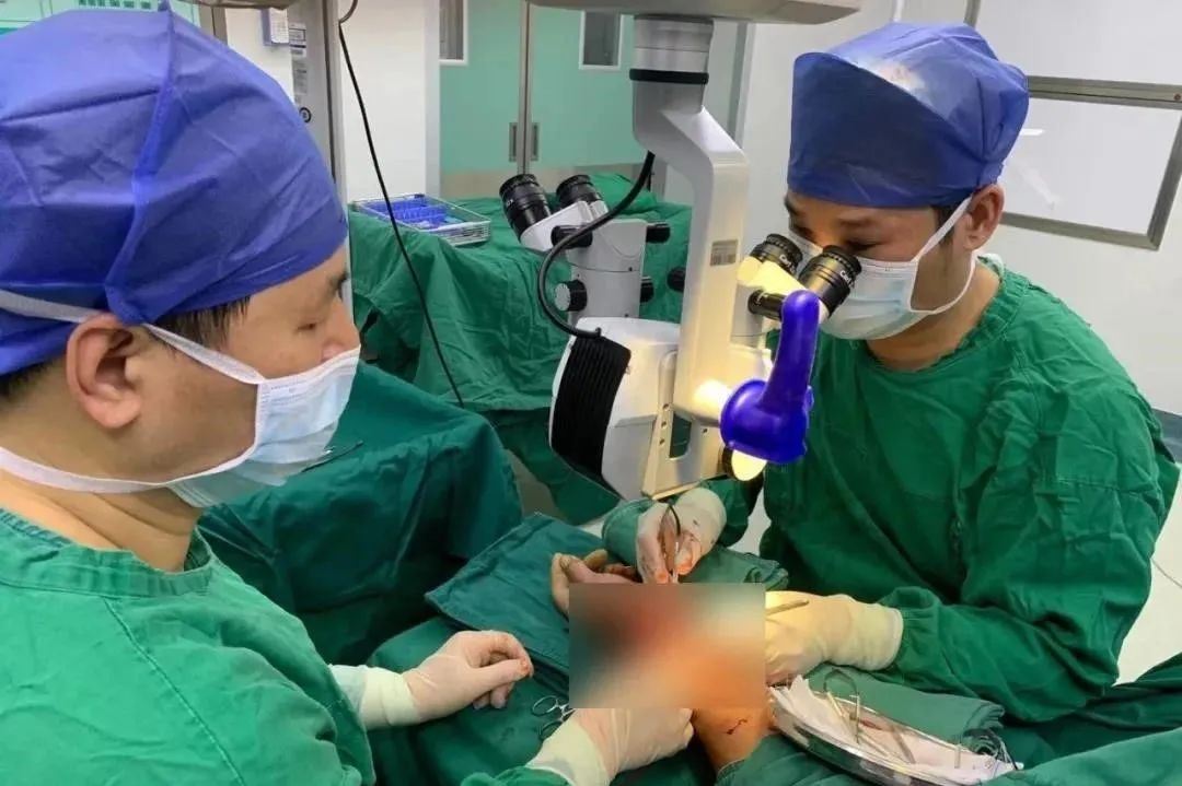 男子血流不止已休克!广西医科大学附属第一医院医疗技术协作队员连夜开展显微外科手术