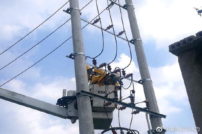 临朐县供电公司为客户新增配变带电压接引流线