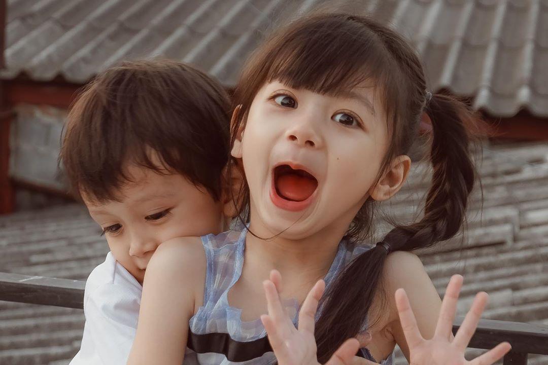 泰国软萌小萝莉可爱到爆炸!天使神颜,弟弟颜值也超高
