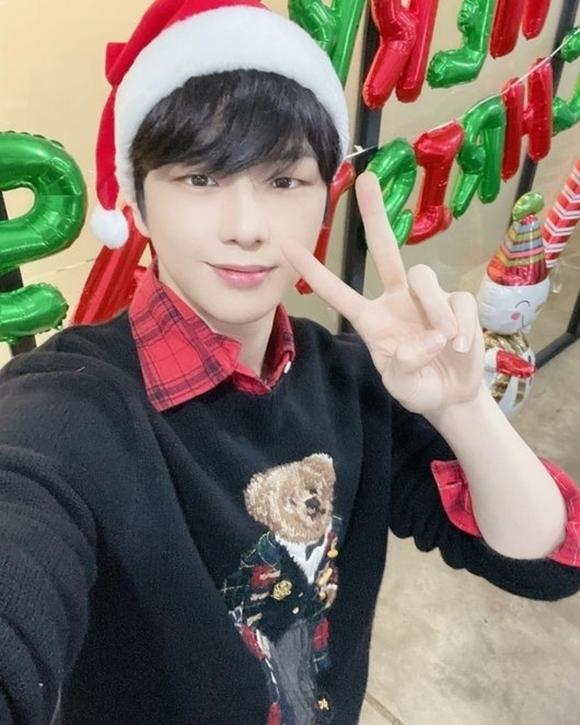 姜丹尼尔迎接圣诞节向粉丝打招呼 用圣诞老人的帽子自拍