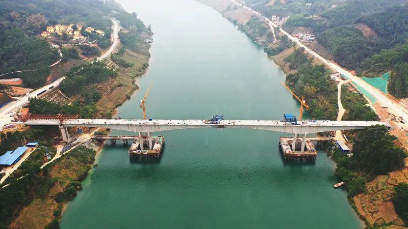 广西首座波形钢腹板连续刚构桥——都巴高速都阳连接线红水河特大桥顺利贯通
