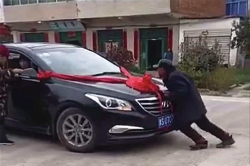 河南大爷带大妈拦婚车,顶着车头要喜钱,新郎:直接说抢劫多好!