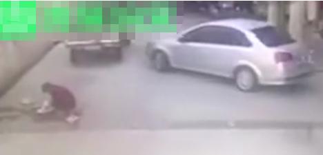 话音刚落被撞墙上 女司机倒车时大妈询问是否需要让开话音刚落发生恐怖一幕