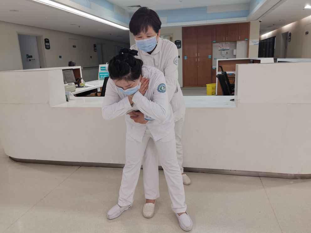 九旬老人水饺卡喉,医护人员用「海姆立克急救法」帮其脱险