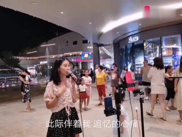 深圳龙岗万科里户外唱歌,陈慧娴经典粤语歌曲《飘雪》,值得回味