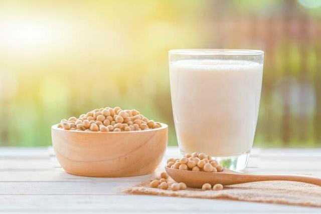 牛奶跟豆浆哪个更有营养?豆浆的4大好处,父母早知早获益