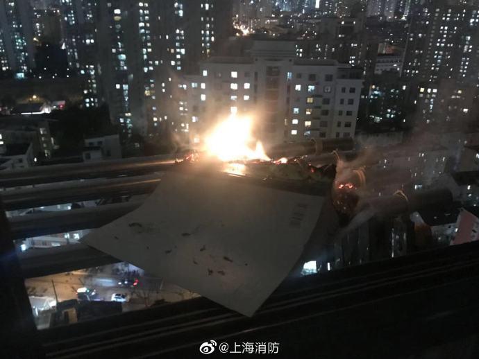 辅导作业情绪失控,上海这位爸爸点燃练习簿扔下楼,差点烧了邻居家!