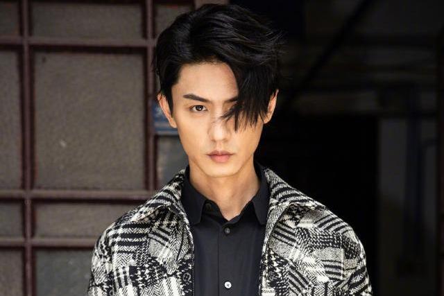 刘畅是行走的衣架,189的身高穿什么都帅气,鼻子更是让人着迷