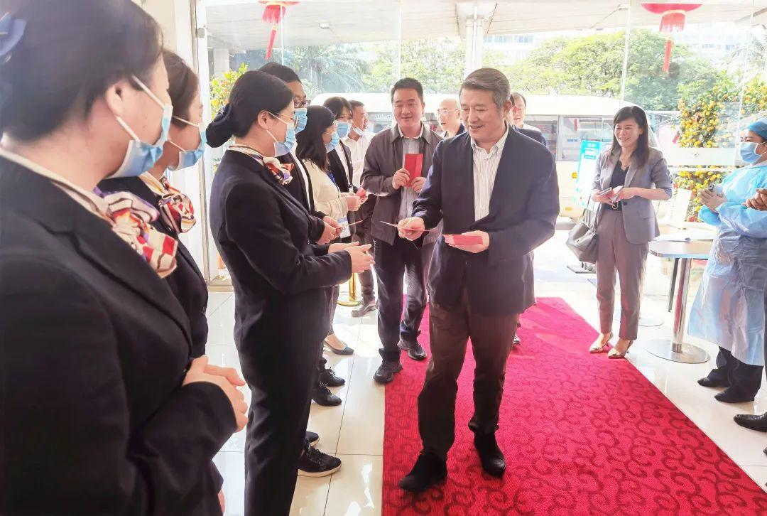 陈东升董事长莅临海南泰康拜博口腔医院慰问春节依然坚守岗位的一线员工
