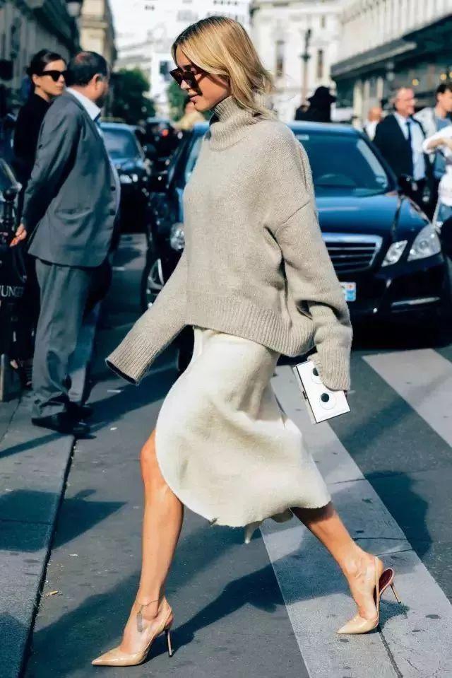 """今秋火了一种搭配,叫""""毛衣+半裙"""",时尚减龄还凸显女人味"""
