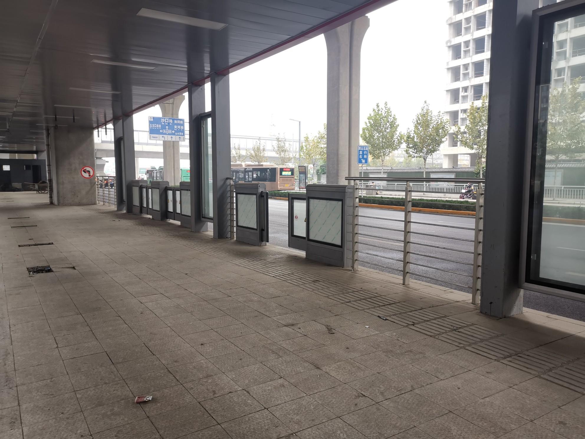 郑州这俩BRT站台,为啥建得这么拖拉?后续:俩BRT站台会在今年11月底与12月底前建成投用