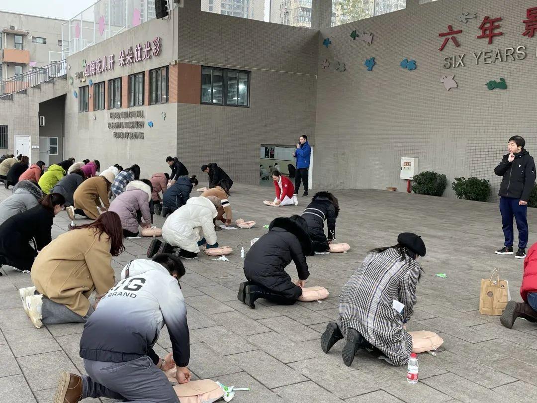 这技能关键时刻能救命!重庆北部宽仁医院走进重庆市谢家湾小学