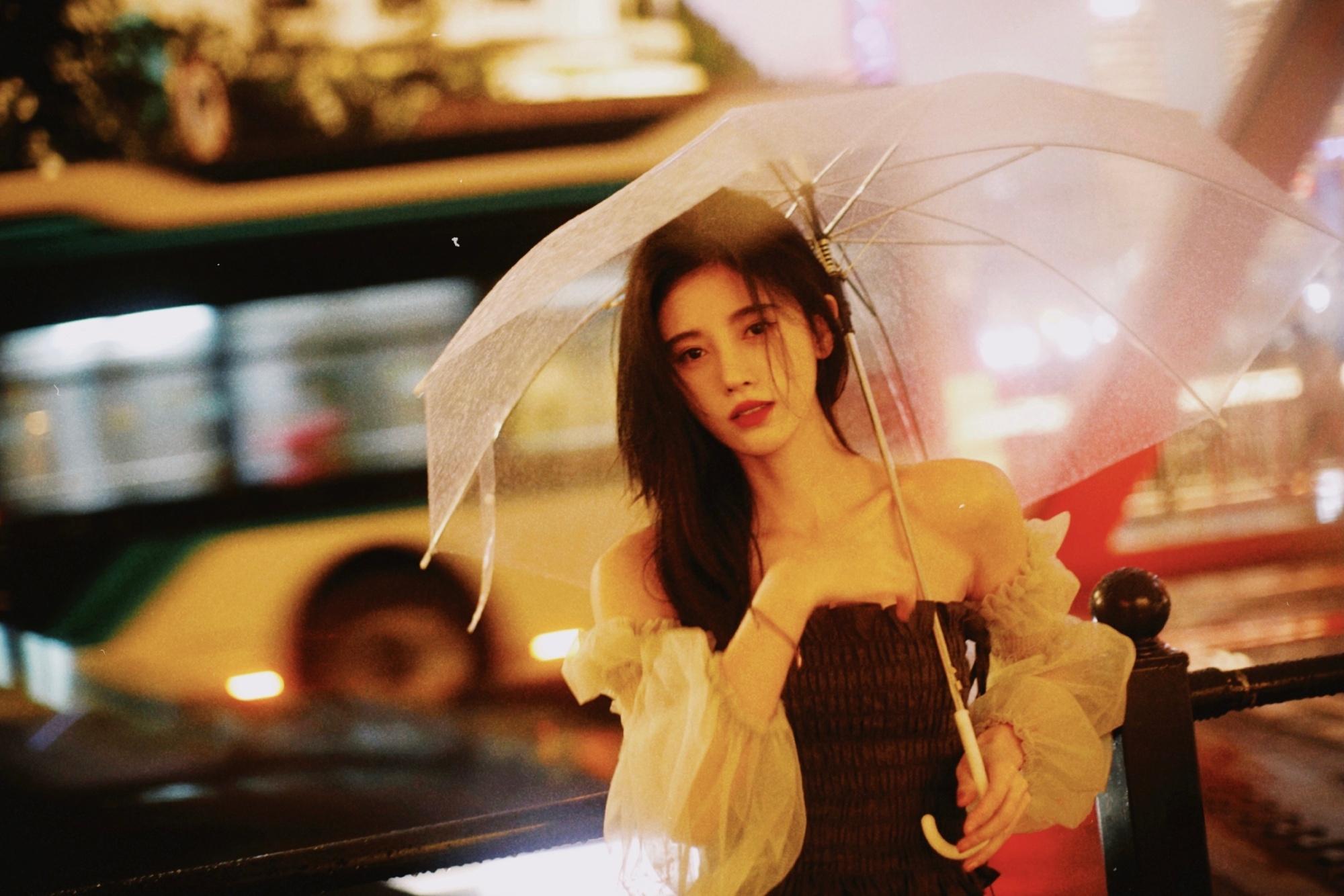 鞠婧祎这组照片估计又有很多人模仿了吧,氛围感拿捏得死死的