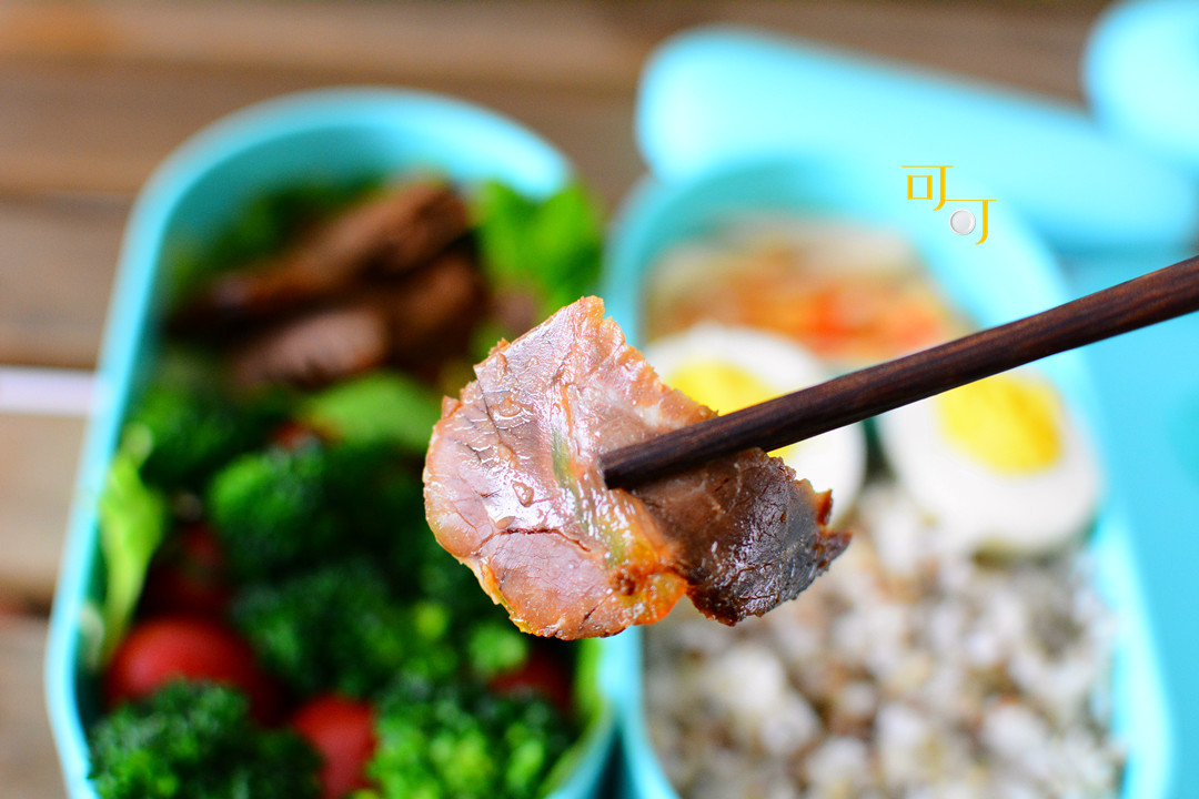 上班族自带卤牛肉便当,用生菜包米饭卷成蔬菜卷吃,不比烤肉店差