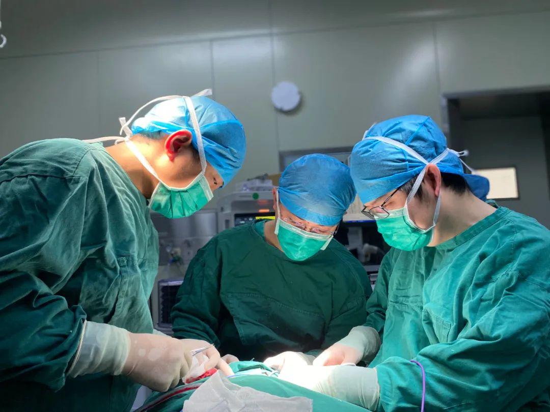 江西省儿童医院成功为出生六天男婴切除颈部如「头」般大的肿瘤