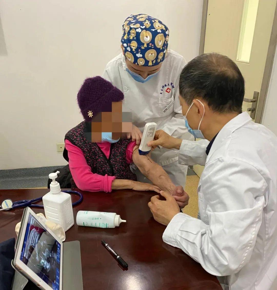 电子科技大学医院血液透析室邀请专家为患者查探血管通路