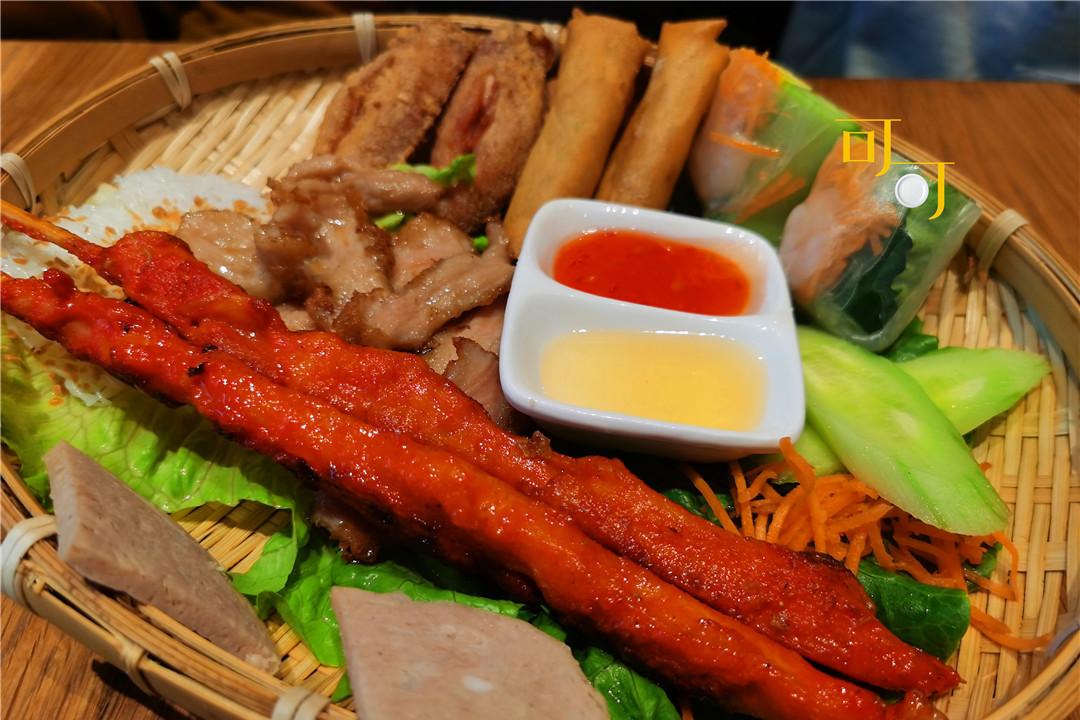 周末逛一逛商场,一家人吃一顿越南米粉当午餐,219元贵不贵?