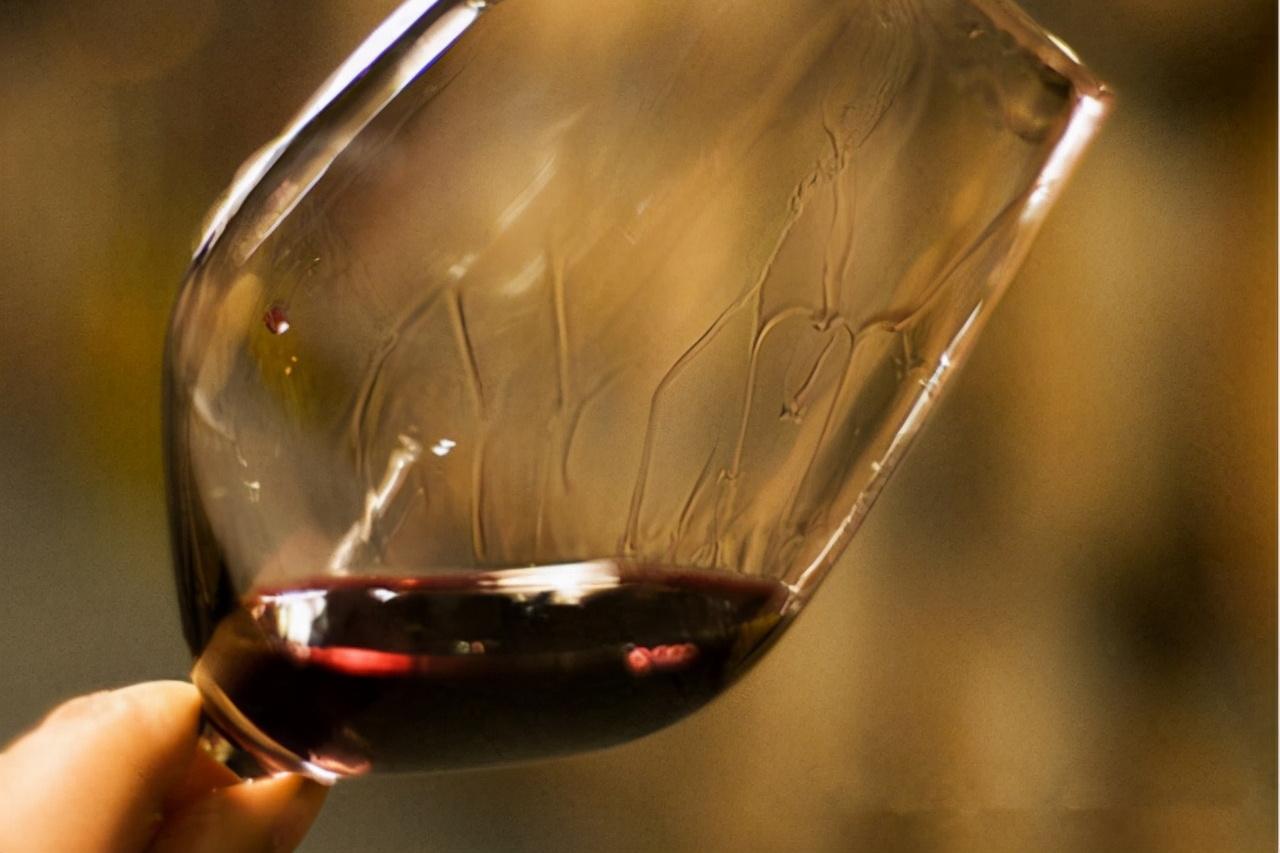 酒问|葡萄酒挂杯越多就代表酒的品质越好吗?