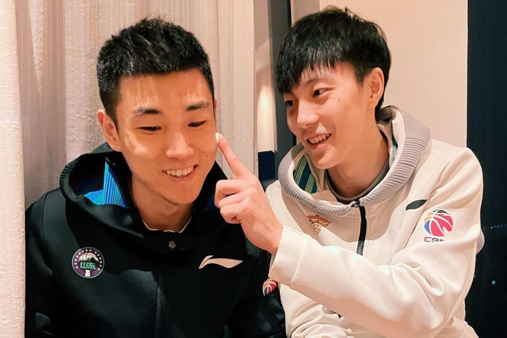山东男篮两名球员同时庆生,高诗岩在不同圈子的待遇有明显差异