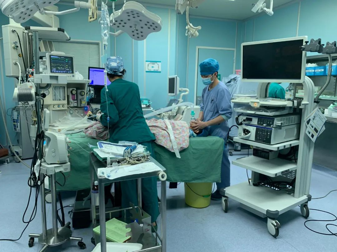 惊险!7 岁患儿被锐利鸡骨头卡喉,儿科消化内镜团队连夜手术取出