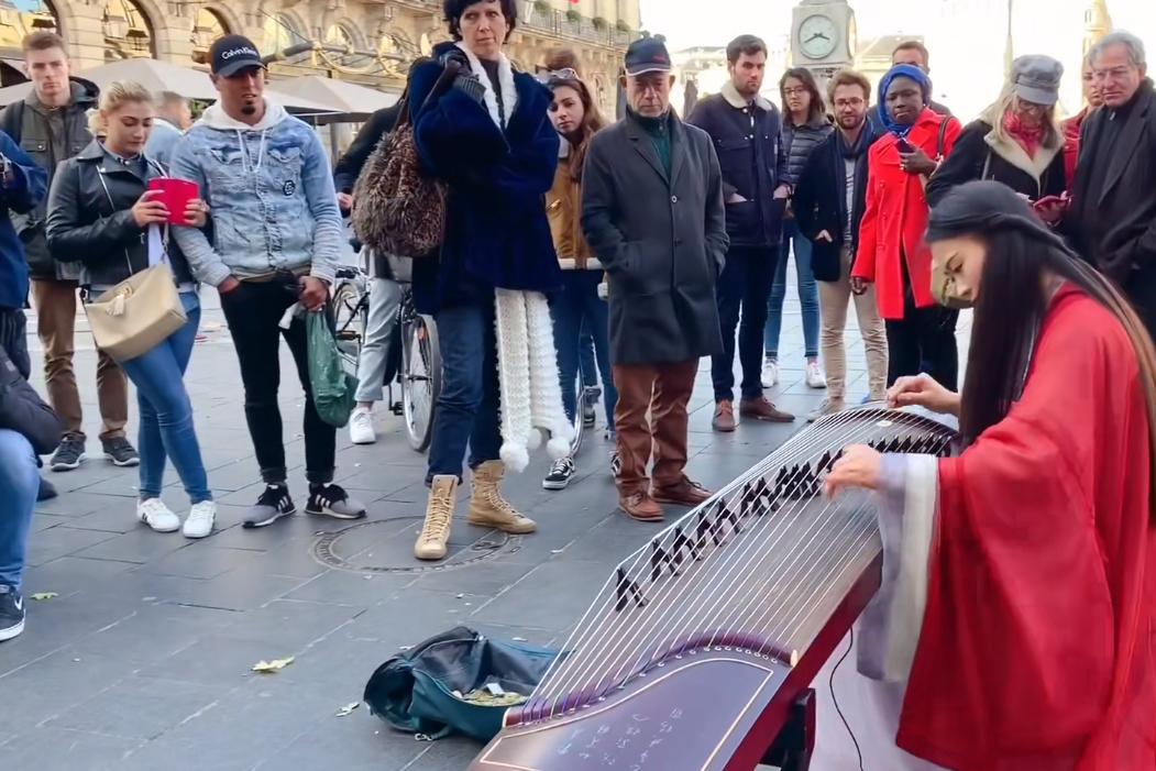 原神玩家有多硬核?把璃月国风音乐带去法国街头,引上千老外围观
