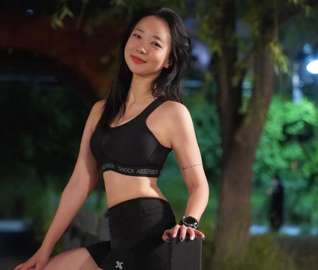 練瑜伽的姑娘英姿颯爽,用運動保持苗條身材,樂觀面對生活挑戰!