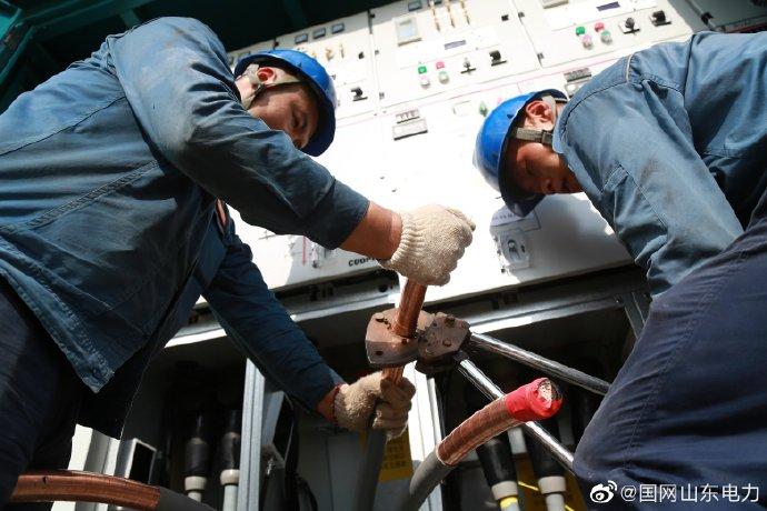荣成市供电公司在市中线新建海都105环网箱检修