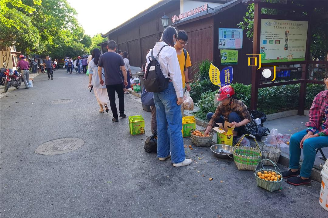 杭州繁华的古镇,大运河穿镇而过,离杭州近,游客多好吃的也多