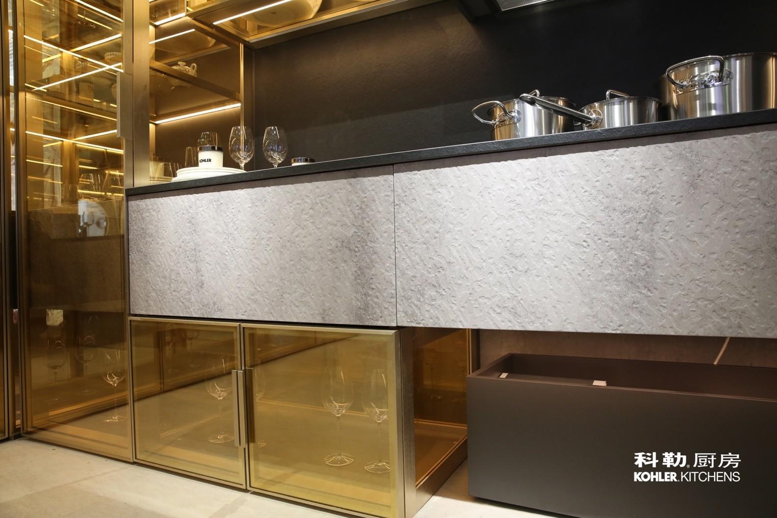 用金属、玻璃和浮雕板混搭设计的科勒橱柜晶至系列