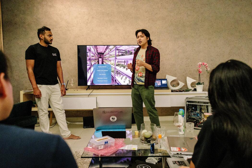 蔬菜公司的联合创始人沙·G·P(左)与给这家公司工作的软件工程师赛义德·约翰·阿里夫。