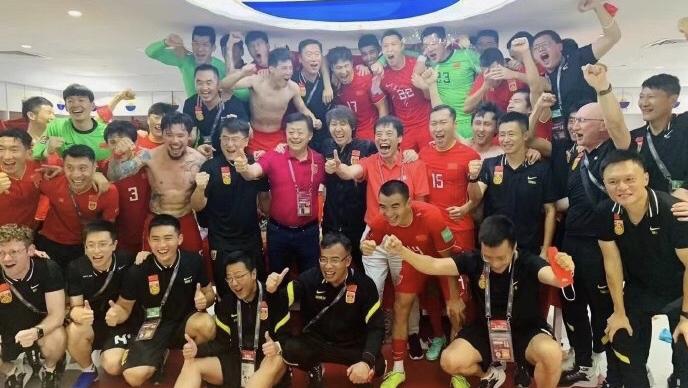 太开心!足协主席陈戌源赛后更衣室秀花活,一举动让球员疯狂!