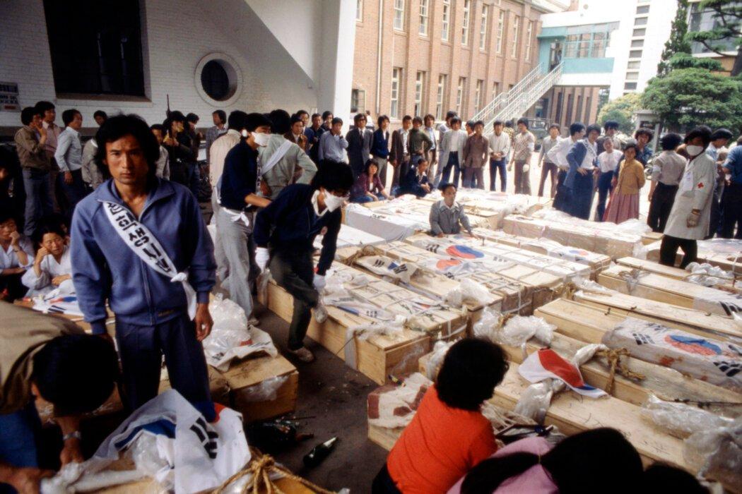 屠杀发生后,守在光州抗议者棺材旁的家属。