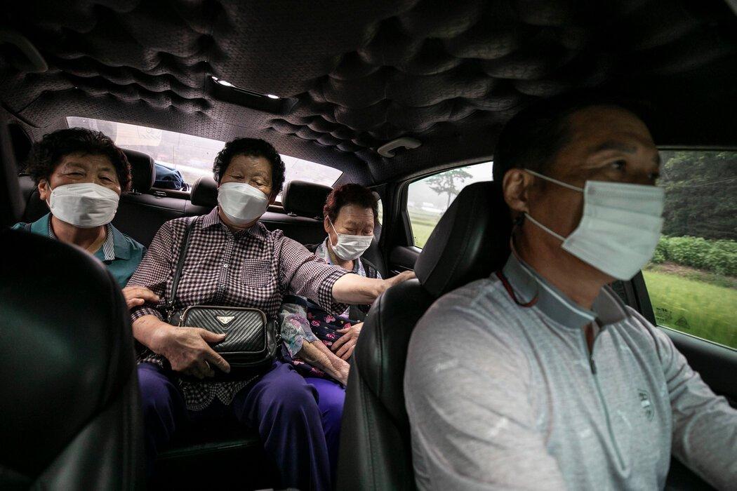 78岁的全宋子、77岁的洪锡顺和85岁的罗正顺。她们乘坐的出租车只需要花非常少的钱。