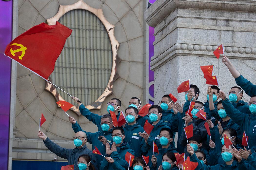 在新冠病毒暴发期间,中国医务人员前往武汉。中国成功遏制病毒,激发了民族自豪感。