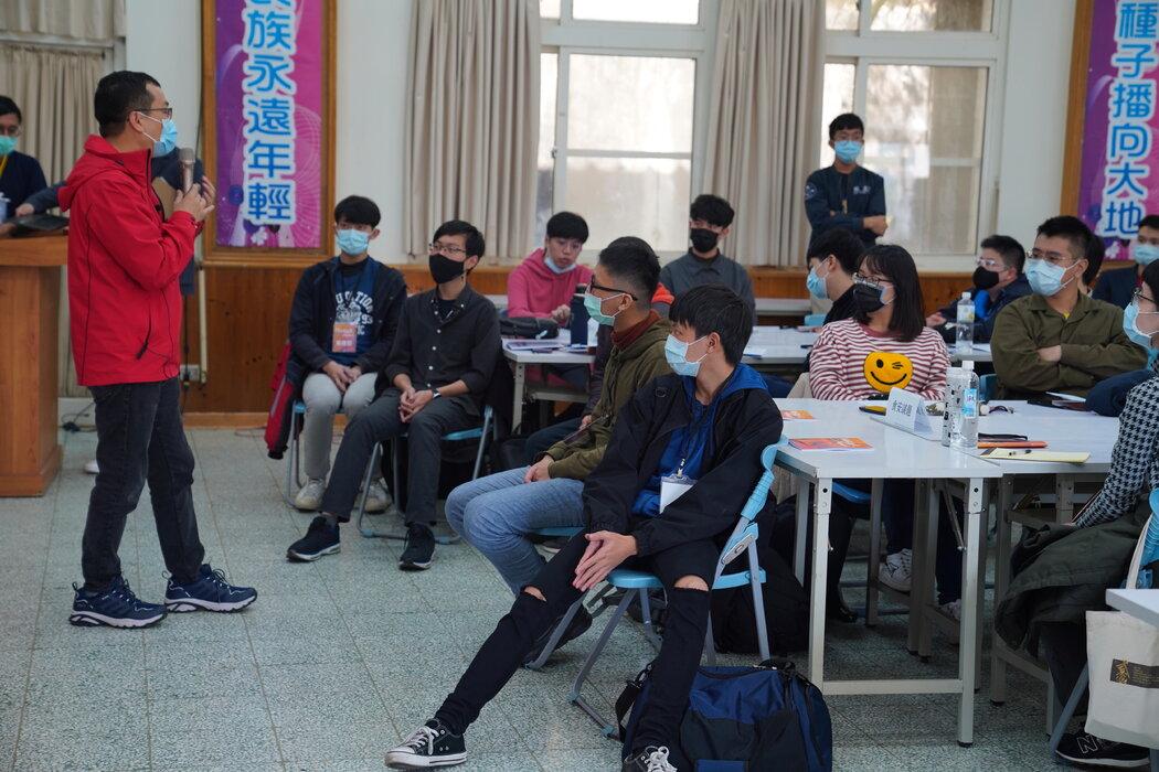 罗智强上个月在一个国民党研讨会上讨论社交媒体策略。