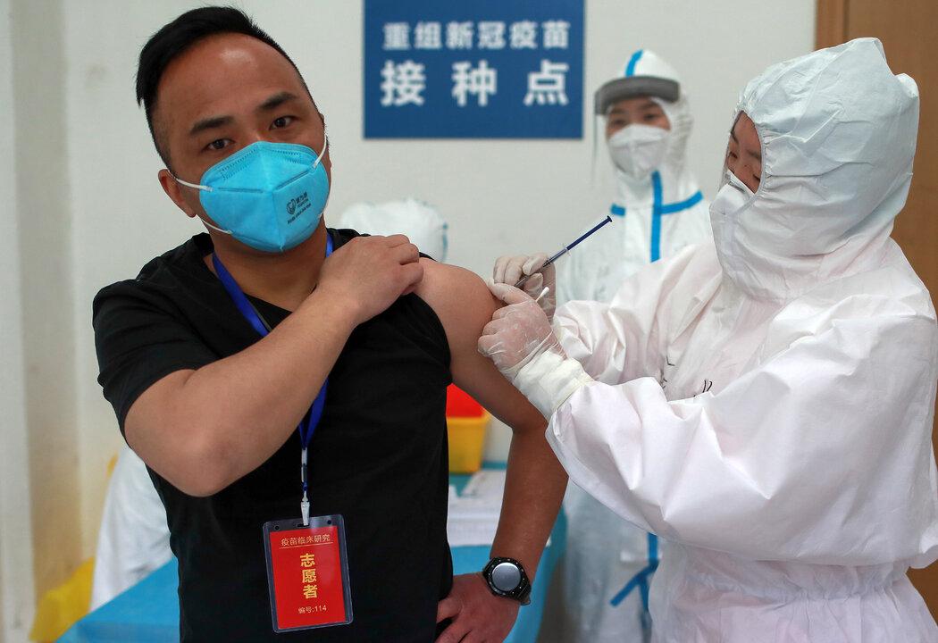 今年4月,一名志愿者在中国武汉的临床试验中接种疫苗。中国政府说,正在对那些接种了尚未被证明有效的疫苗的人进行观察,但没有透露任何细节。