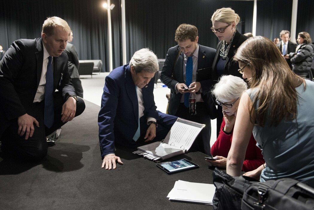 谢尔曼(右二)与国务卿约翰·克里2015年在瑞士洛桑举行的谈判期间,收听贝拉克·奥巴马总统发表的关于伊朗核项目的讲话。