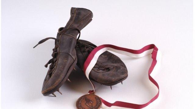 图像加注文字,旧跑鞋长这样,如今的跑鞋的确改变了不少。