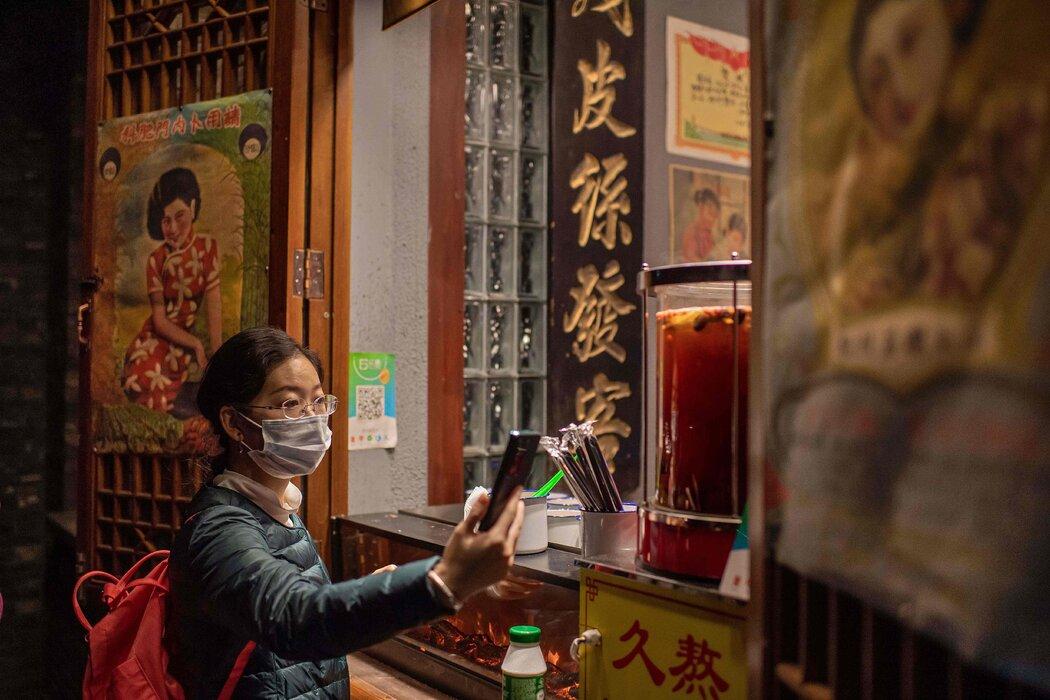 一名北京顾客正在使用支付宝购物,支付宝是特朗普总统本月封禁的几款中国应用之一。