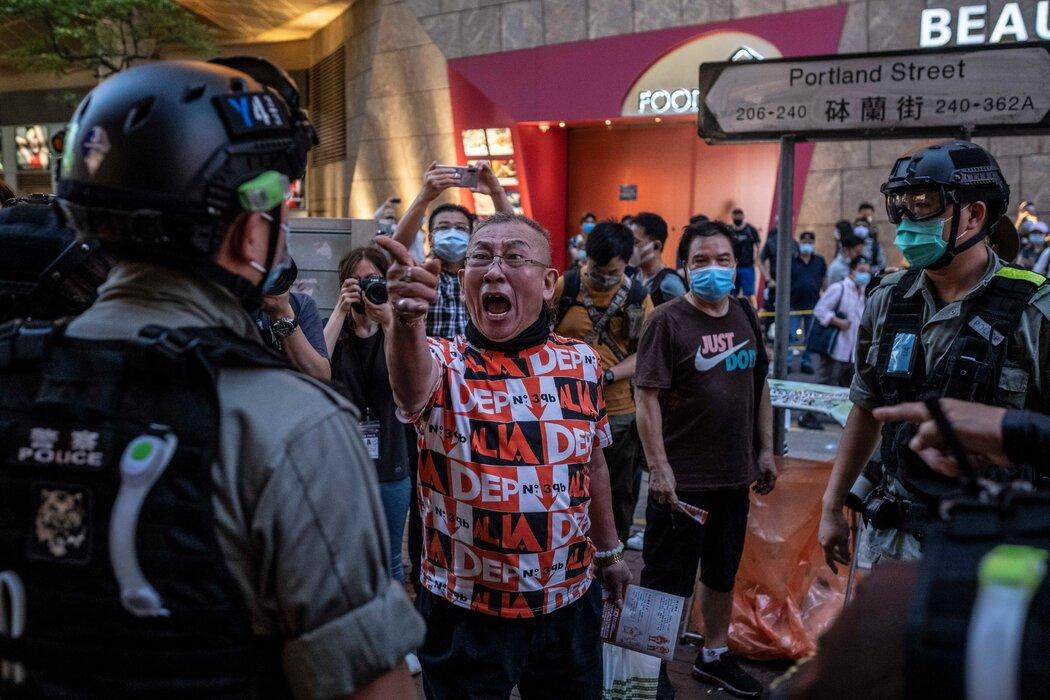 一名抗议者在香港旺角社区与警方发生对峙。备受争议的新国安法于今年6月30日在半自治的香港生效,该法赋予地方官员对反对中国统治香港的异见人士提起诉讼的广泛权力。