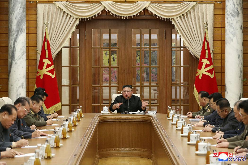 在朝鲜政府提供的图片中,金正恩周日与政府官员会面。