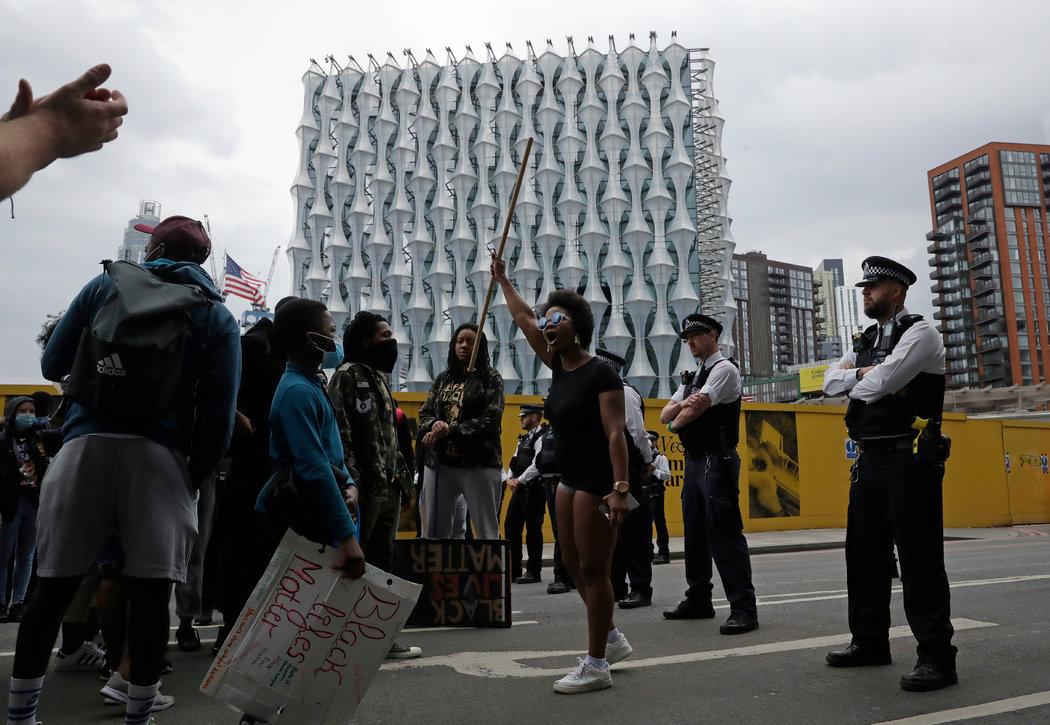 在周三的示威活动中,警察阻止示威者进入美国驻伦敦大使馆。
