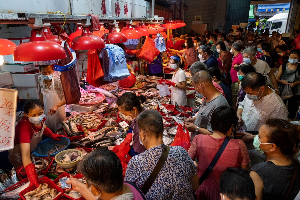 上个月,香港深水埗的一家海鲜市场。粤菜烹饪首先需要最新鲜的食材——这种新鲜意味着刚被宰杀、采摘或者去毛。