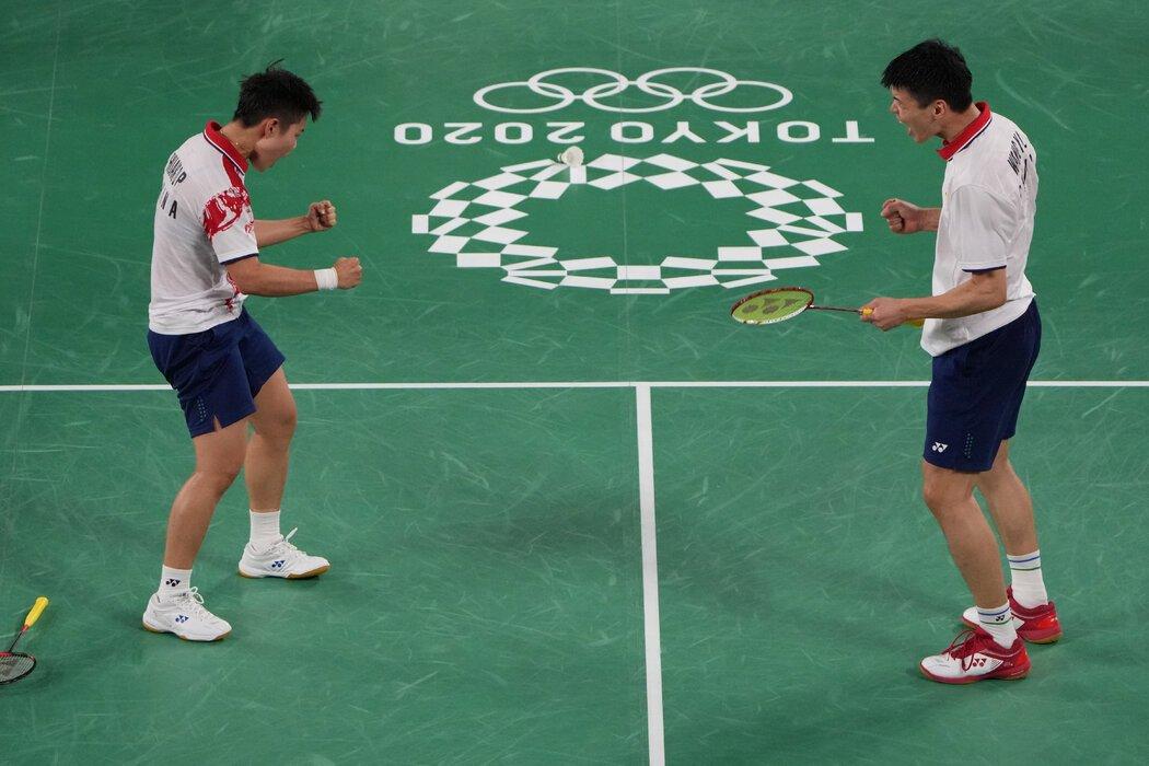 在周五的羽毛球混双金牌争夺战中,中国运动员王懿律(左)/黄东萍将对阵队友郑思维/黄雅琼。