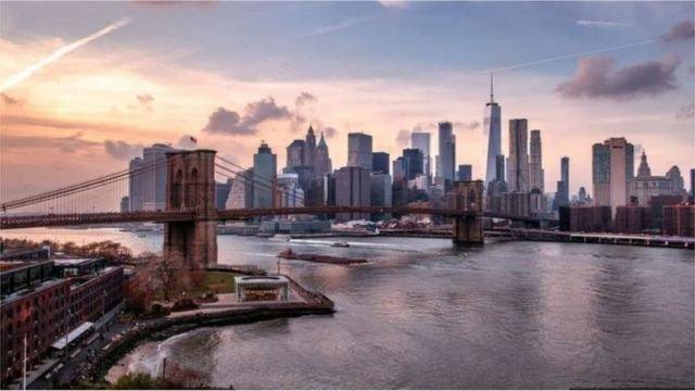 图像加注文字, 曼哈顿的摩天高楼象征成功和财富