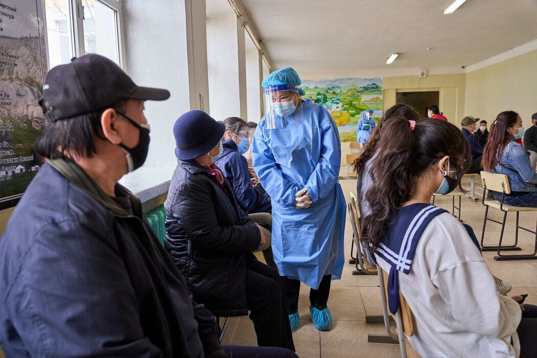 5月,蒙古乌兰巴托,一名护士正在查看刚刚接种疫苗的人。